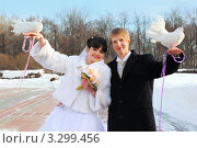 Купить «Счастливые молодожёны держат белых голубей на руках», фото № 3299456, снято 19 февраля 2011 г. (c) Losevsky Pavel / Фотобанк Лори