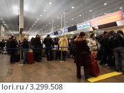 Купить «Очередь у стойки регистрации в аэропорту Шереметьево, Москва, Россия», фото № 3299508, снято 29 декабря 2009 г. (c) Losevsky Pavel / Фотобанк Лори