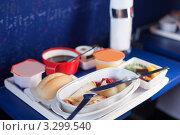Купить «Поднос с обедом, хлебом, кофе и десертом на столике в самолете», фото № 3299540, снято 29 декабря 2009 г. (c) Losevsky Pavel / Фотобанк Лори