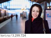 Купить «Улыбающаяся девушка на платформе железнодорожного вокзала», фото № 3299724, снято 31 декабря 2009 г. (c) Losevsky Pavel / Фотобанк Лори