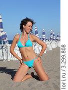 Купить «Молодая красивая женщина в голубом купальнике на фоне пляжных зонтиков», фото № 3299808, снято 24 июля 2010 г. (c) Losevsky Pavel / Фотобанк Лори