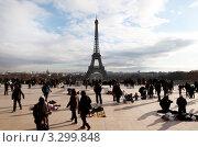 Купить «Туристы и продавцы сувениров на фоне Эйфелевой башни», фото № 3299848, снято 2 января 2010 г. (c) Losevsky Pavel / Фотобанк Лори