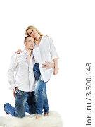 Купить «Любящая пара молодых людей в джинсах и белых рубашках», фото № 3300148, снято 4 апреля 2010 г. (c) Losevsky Pavel / Фотобанк Лори