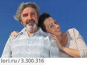 Купить «Взрослая дочь обнимает своего пожилого отца на фоне неба», фото № 3300316, снято 22 июня 2010 г. (c) Losevsky Pavel / Фотобанк Лори