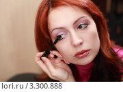 Купить «Красивая молодая женщина красит ресницы», фото № 3300888, снято 31 января 2010 г. (c) Losevsky Pavel / Фотобанк Лори