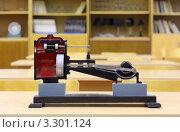 Купить «Модель парового двигателя на столе в школьном классе», фото № 3301124, снято 14 октября 2010 г. (c) Losevsky Pavel / Фотобанк Лори