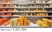 Купить «Готовые салаты в упаковке на полках в магазине», фото № 3301304, снято 24 мая 2020 г. (c) Losevsky Pavel / Фотобанк Лори