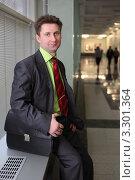 Купить «Мужчина в деловом костюме с портфелем», фото № 3301364, снято 8 ноября 2010 г. (c) Losevsky Pavel / Фотобанк Лори