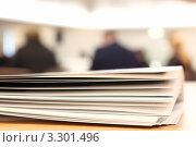 Несколько брошюр на столе. Стоковое фото, фотограф Losevsky Pavel / Фотобанк Лори