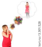 Купить «Полная девушка думает похудеть на овощной и фруктовой диете», фото № 3301528, снято 14 декабря 2018 г. (c) Losevsky Pavel / Фотобанк Лори