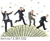 Купить «Счастливые бизнесмены бегут по денежному лототрону», фото № 3301532, снято 5 февраля 2006 г. (c) Losevsky Pavel / Фотобанк Лори