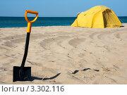 Купить «Лопата в песке», фото № 3302116, снято 23 апреля 2018 г. (c) SummeRain / Фотобанк Лори
