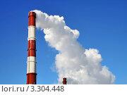 Купить «Белый дым идет из трубы на фоне неба», фото № 3304448, снято 18 февраля 2006 г. (c) Art Konovalov / Фотобанк Лори