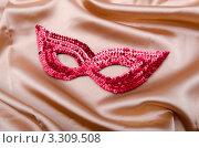 Купить «Красная карнавальная маска на фоне бежевой шелковой ткани», фото № 3309508, снято 2 ноября 2011 г. (c) Elnur / Фотобанк Лори