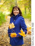 Купить «Счастливая молодая женщина и падающие осенние листья», фото № 3310160, снято 27 сентября 2011 г. (c) Яков Филимонов / Фотобанк Лори