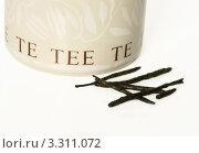 Банка для чая и листочки зеленого чая. Стоковое фото, фотограф Валерия Попова / Фотобанк Лори
