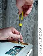 Купить «Мужчина ремонтирует старый магнитофон», фото № 3312664, снято 17 февраля 2019 г. (c) Илюхина Наталья / Фотобанк Лори