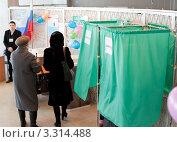 Купить «Избирательный участок. Женщины голосуют. Выборы президента 4 марта 2012 года», фото № 3314488, снято 4 марта 2012 г. (c) Александр Подшивалов / Фотобанк Лори