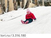 Купить «Маленькая девочка спускается с горы на ледянке», эксклюзивное фото № 3316180, снято 26 февраля 2012 г. (c) Игорь Низов / Фотобанк Лори