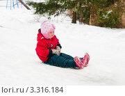 Купить «Маленькая девочка спускается с горки на ледянке», эксклюзивное фото № 3316184, снято 26 февраля 2012 г. (c) Игорь Низов / Фотобанк Лори