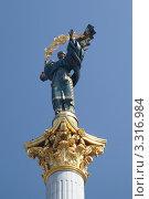 Купить «Скульптура на вершине Монумента Независимости в Киеве», фото № 3316984, снято 12 августа 2011 г. (c) Андрей Ерофеев / Фотобанк Лори