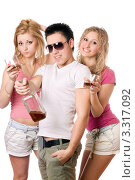 Купить «Молодой парень и две девушки с бутылкой виски и стаканами», фото № 3317092, снято 11 февраля 2010 г. (c) Сергей Сухоруков / Фотобанк Лори