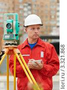 Купить «Рабочий в красной спецовке стоит у геодезического инструмента», фото № 3321868, снято 15 сентября 2011 г. (c) Дмитрий Калиновский / Фотобанк Лори