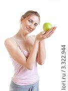 Купить «Молодая женщина ест зеленое яблоко», фото № 3322944, снято 18 июня 2011 г. (c) Сергей Дубров / Фотобанк Лори