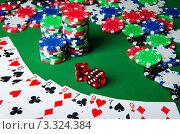Купить «Карты, игральные кубики и фишки казино на зеленом фоне», фото № 3324384, снято 19 января 2012 г. (c) Elnur / Фотобанк Лори
