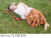 Купить «Беременная женщина отдыхает на природе», фото № 3330816, снято 12 августа 2011 г. (c) Сергей Дубров / Фотобанк Лори