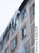 Купить «Сбитая сосулька падает с крыши», фото № 3332572, снято 13 января 2010 г. (c) Михаил Смиров / Фотобанк Лори