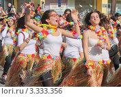 Девушки в костюмах на карнавале в Лимасоле, Кипр (2011 год). Редакционное фото, фотограф Павел Михеев / Фотобанк Лори