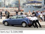 Матросы пытаются передвинуть автомобиль без водителя (2011 год). Редакционное фото, фотограф Сергей Разживин / Фотобанк Лори
