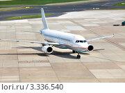 Купить «Вид на самолет на взлетной полосе в международном аэропорту», фото № 3336540, снято 15 апреля 2011 г. (c) Николай Винокуров / Фотобанк Лори