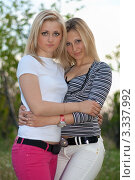 Купить «Две светловолосые подруги обнимаются в летнем парке», фото № 3337992, снято 5 мая 2010 г. (c) Сергей Сухоруков / Фотобанк Лори