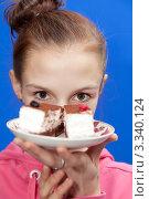 Купить «Эмоция девочки с пирожным в руках», фото № 3340124, снято 28 февраля 2012 г. (c) Михаил Иванов / Фотобанк Лори