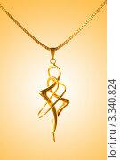 Изящная золотая подвеска абстрактной формы на цепочке. Стоковое фото, фотограф Elnur / Фотобанк Лори