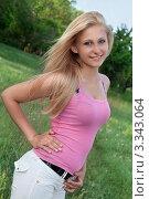Купить «Молодая блондинка в розовой майке на улице», фото № 3343064, снято 15 мая 2010 г. (c) Сергей Сухоруков / Фотобанк Лори