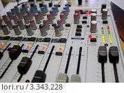 Аудио микшер в работе. Стоковое фото, фотограф Дмитрий Кузьмин / Фотобанк Лори
