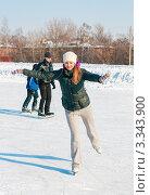 Купить «Симпатичная девушка на катке едет на коньках на одной ноге», эксклюзивное фото № 3343900, снято 9 марта 2012 г. (c) Игорь Низов / Фотобанк Лори