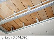 Купить «Электрическая проводка проложена над потолком», фото № 3344396, снято 13 марта 2012 г. (c) Александр Романов / Фотобанк Лори