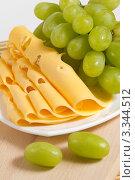 Купить «Зеленый виноград и сыр крупным планом», фото № 3344512, снято 13 февраля 2012 г. (c) Sea Wave / Фотобанк Лори
