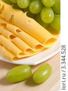 Купить «Зеленый виноград и сыр крупным планом», фото № 3344528, снято 13 февраля 2012 г. (c) Sea Wave / Фотобанк Лори