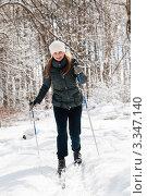 Красивая девушка на лыжах в лесу (2012 год). Редакционное фото, фотограф Игорь Низов / Фотобанк Лори