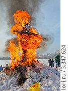 Сжигание чучела на праздник Масленицы (2012 год). Редакционное фото, фотограф Константин Челомбитко / Фотобанк Лори