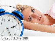 Купить «Девушка смотрит на будильник, лежа в постели», фото № 3349388, снято 19 октября 2018 г. (c) Erwin Wodicka / Фотобанк Лори