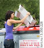 Купить «Девушка выкидывает бумажный мусор», фото № 3350228, снято 7 декабря 2019 г. (c) Erwin Wodicka / Фотобанк Лори