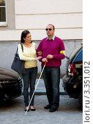 Девушка помогает слепому мужчине. Стоковое фото, фотограф Erwin Wodicka / Фотобанк Лори
