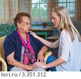 Купить «Взрослая внучка и бабушка», фото № 3351312, снято 17 июля 2018 г. (c) Erwin Wodicka / Фотобанк Лори