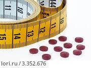 Измерительная лента и таблетки, фото № 3352676, снято 18 августа 2017 г. (c) Erwin Wodicka / Фотобанк Лори